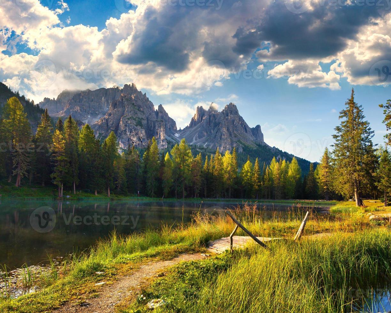 tolle Aussicht auf den nebligen Lago di Antorno foto