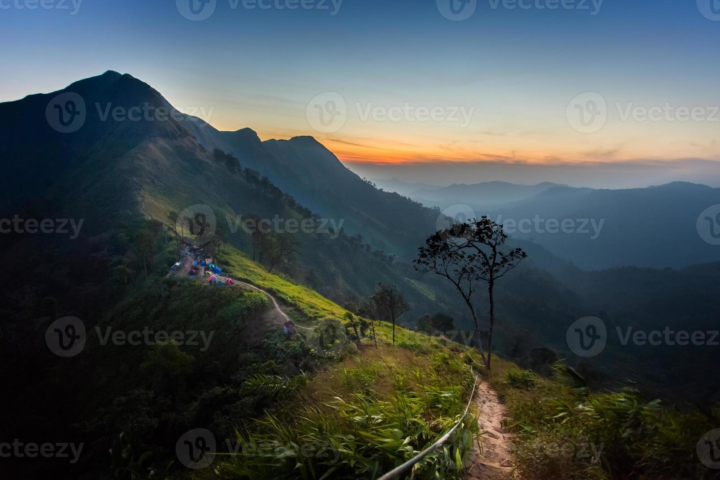 der sonnenaufgang in kaochangpuek thailand foto