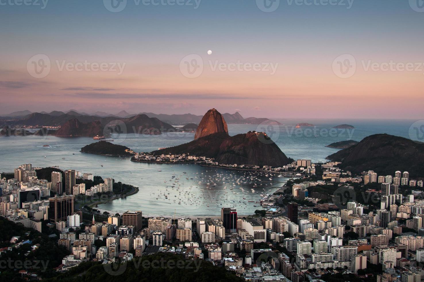 Zuckerhut mit dem Mond oben, Rio de Janeiro foto