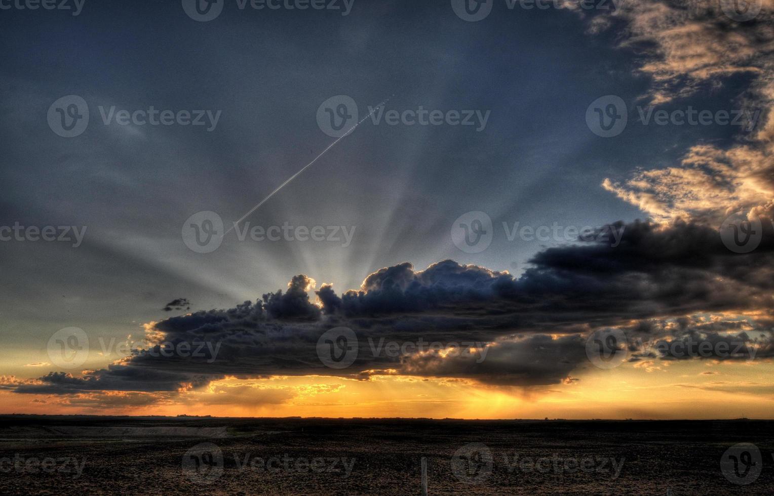 Sonnenuntergang mit Sonnenstrahl foto