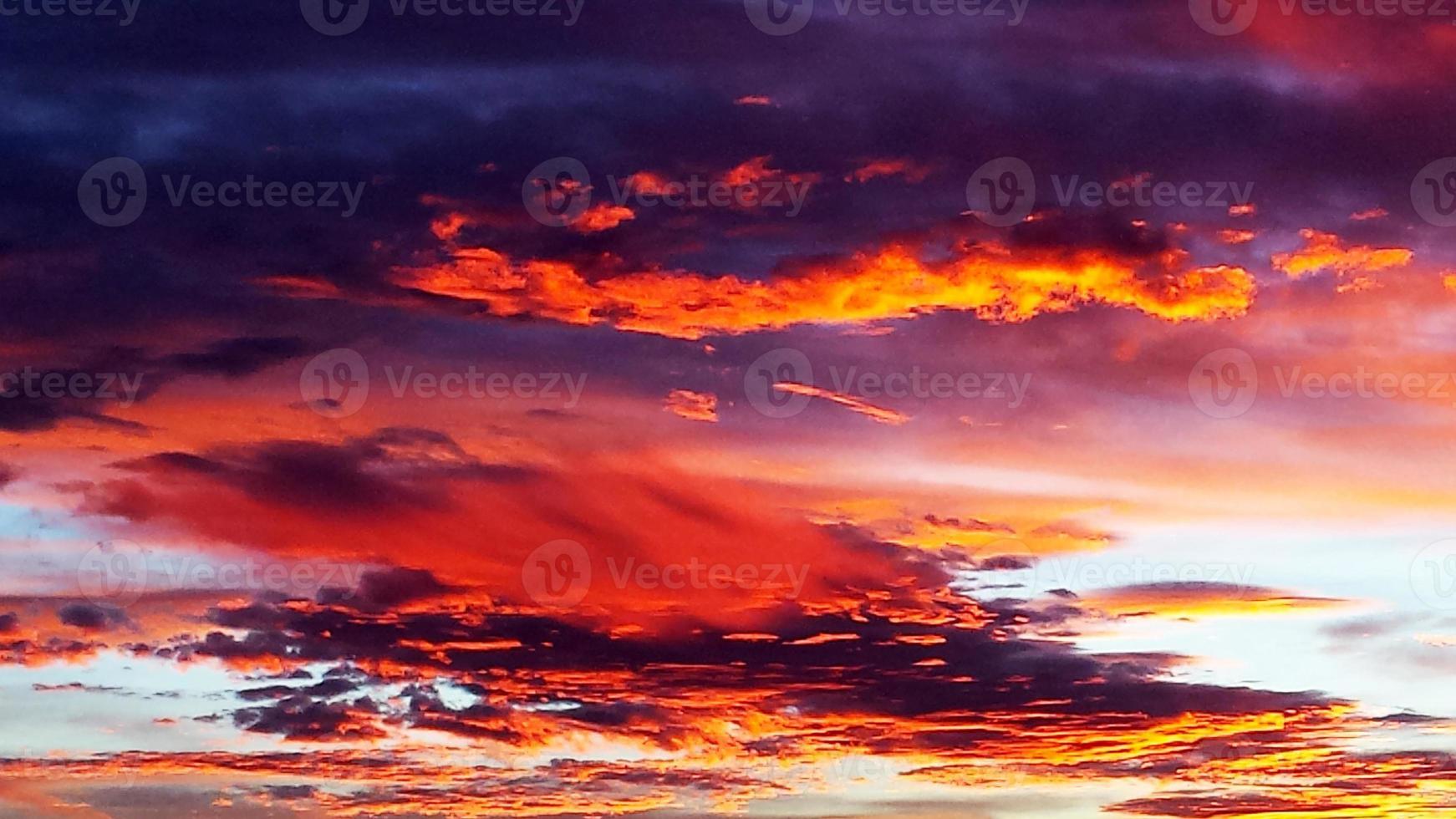 herausragender bunter Sonnenuntergang foto