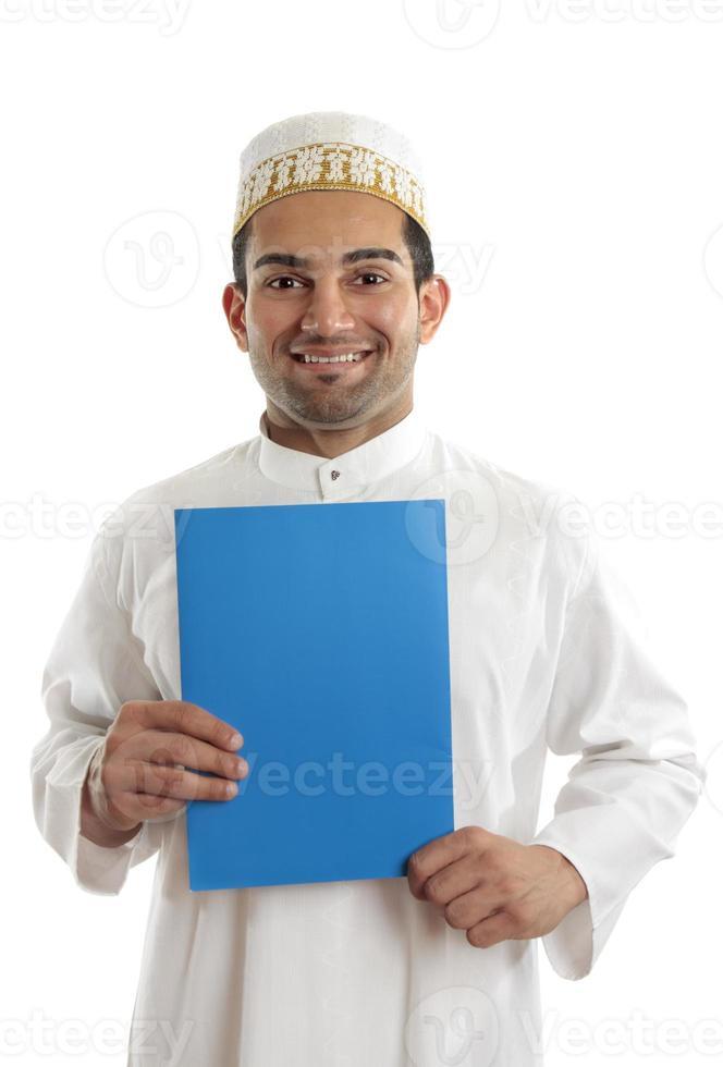 lächelnder arabischer Mann mit Broschüre foto