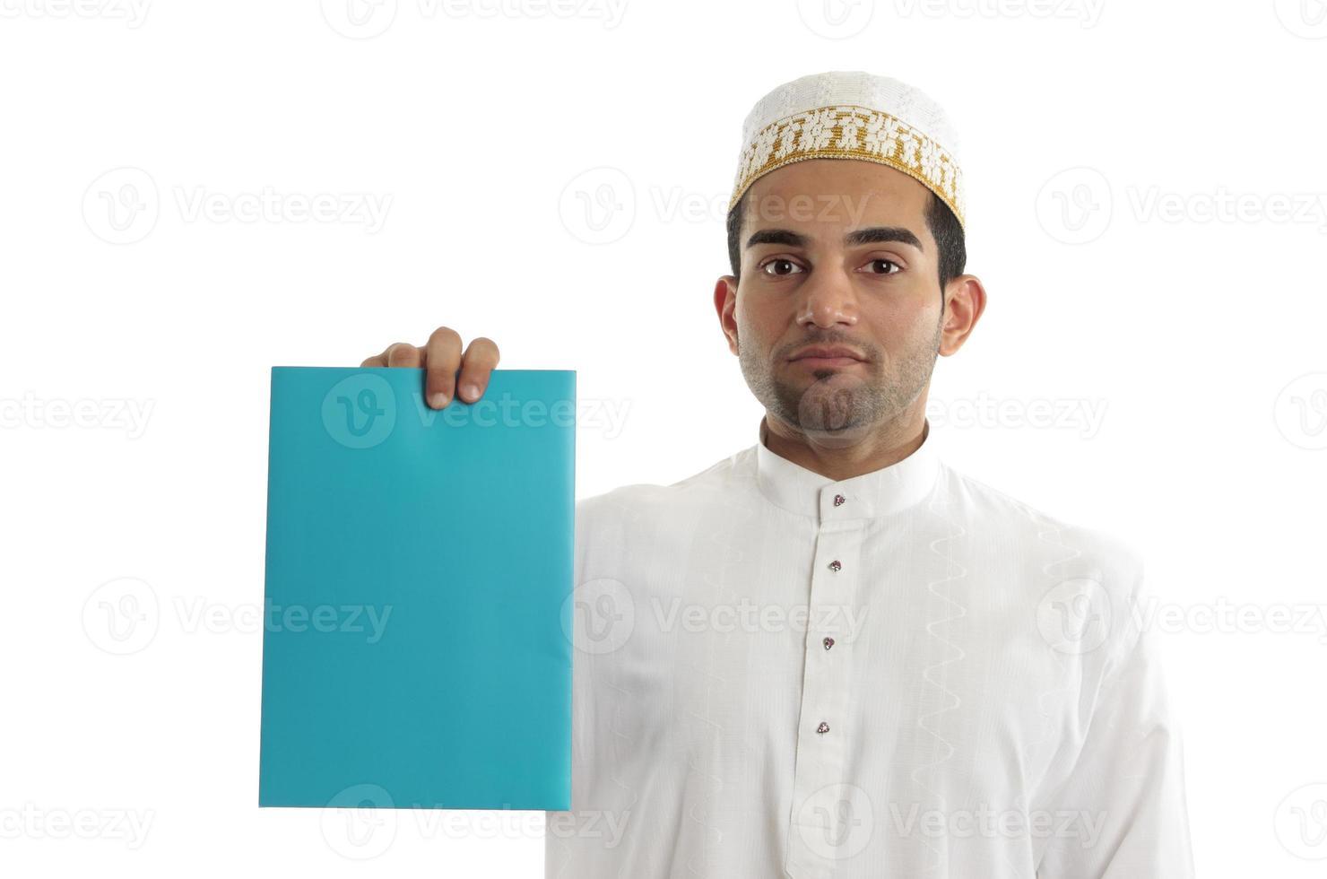 ethnischer Geschäftsmann mit Broschüre oder Werbung foto