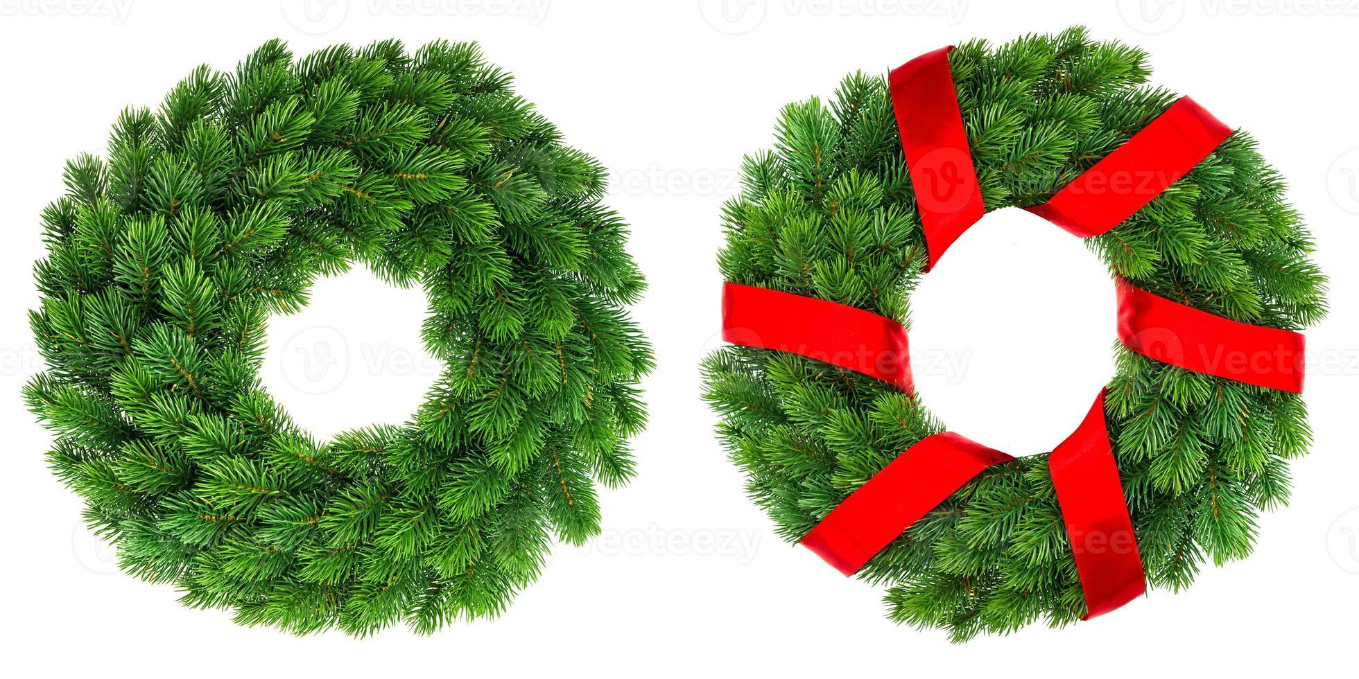 immergrüner Kranz der Weihnachtsdekoration mit rotem Band foto