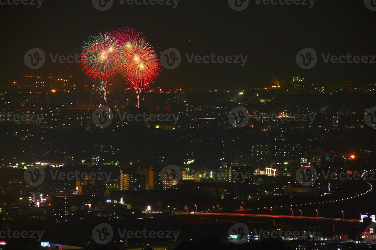 Nachtansicht und Feuerwerk foto
