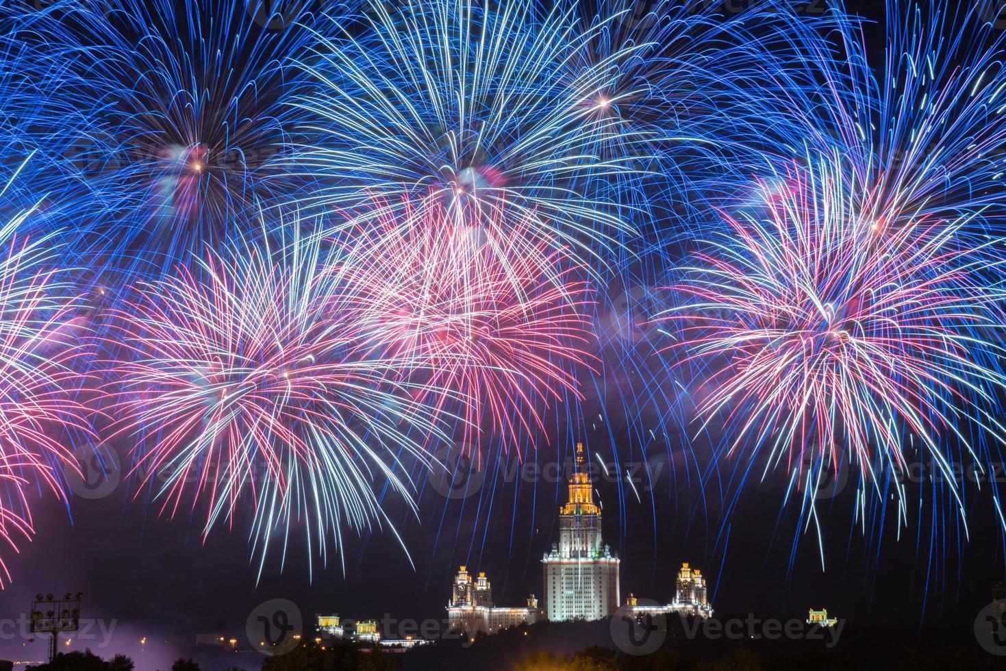 Feuerwerk. Feuerwerk. Moskauer Staatsuniversität. Moskau foto