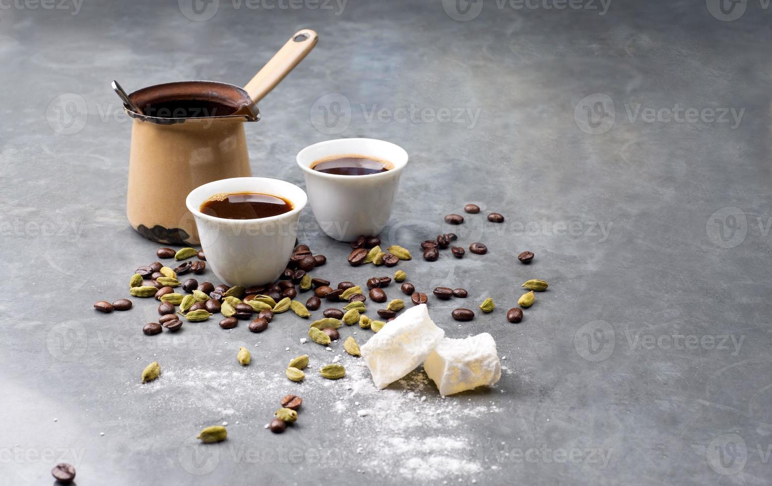 türkischer Kaffee mit Kaffeebohnen und Kardamom verstreut foto