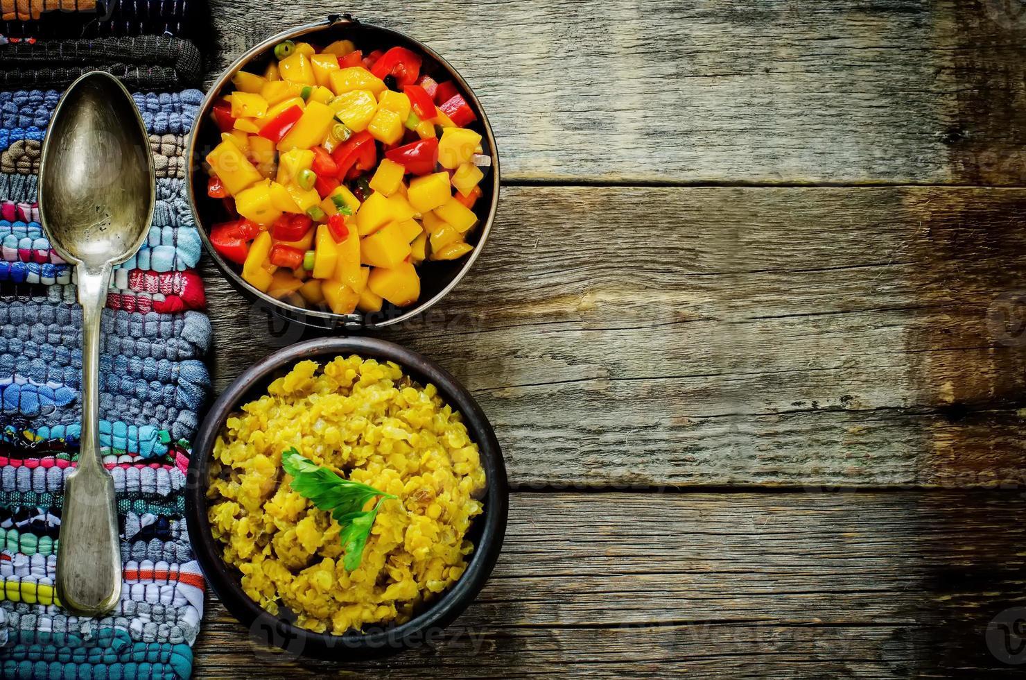 Salat aus Mango und Tomate mit roten Linsen mit Curry und Datteln foto