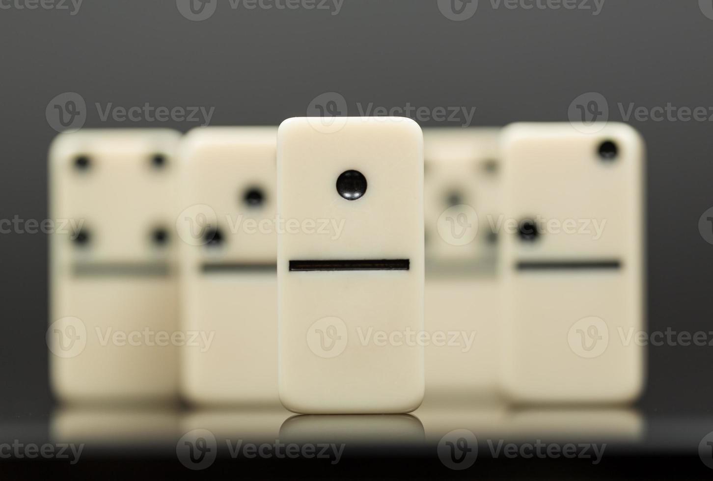 weiße Dominosteine zeigen Anführer oder Gewinner foto