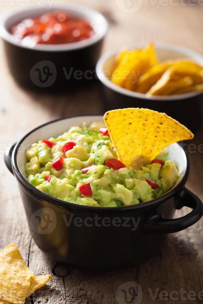 Guacamole mit Avocado-, Limetten-, Chili-Tortilla-Chips foto