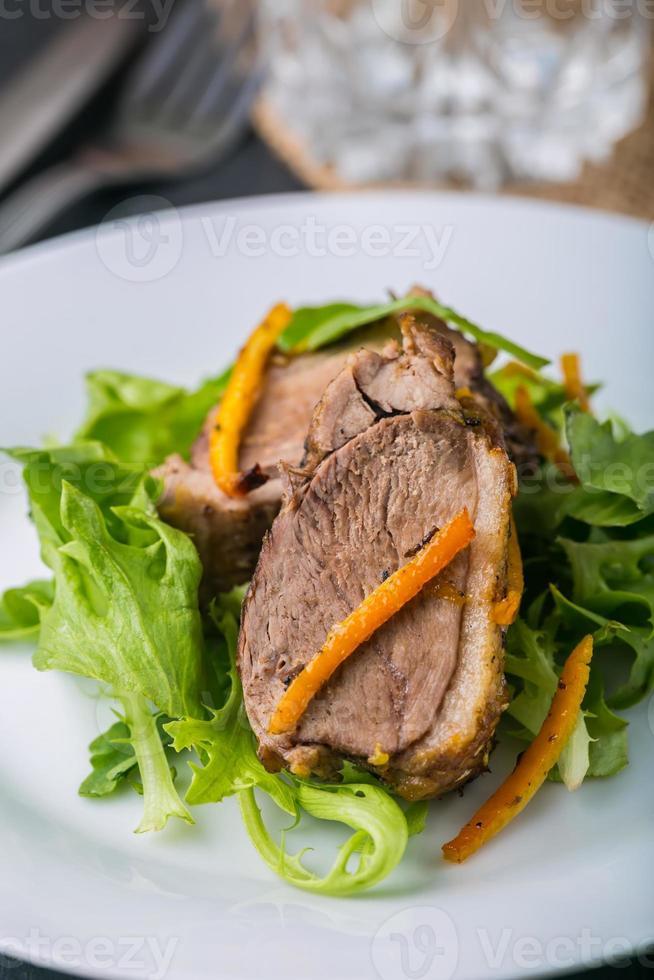 Gebratene Entenbrust in Orange auf Salat foto