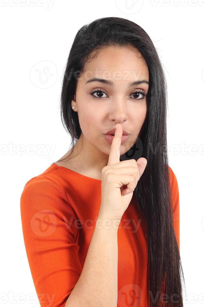 schöne lässige muslimische Frau, die um Stille bittet foto