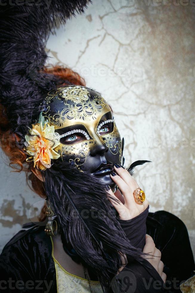 rothaarige Dame in Maske foto