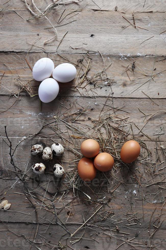 Eier auf hölzernem Hintergrund foto