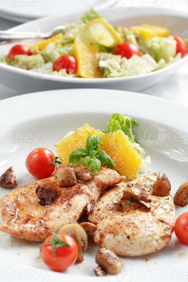Hühnchensteak mit Salat foto