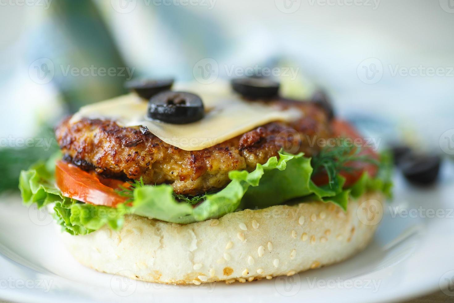 leckerer Hamburger mit Salat und Tomate foto