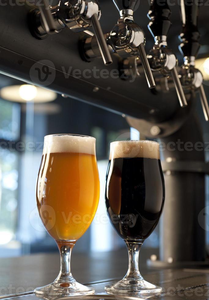 bicchieri con birra artigianale foto