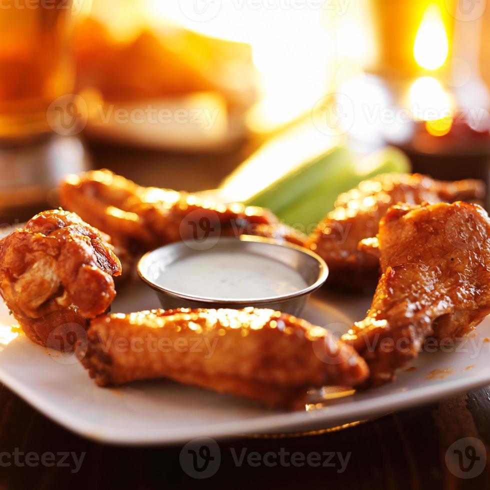 Hühnerflügel und Bier foto
