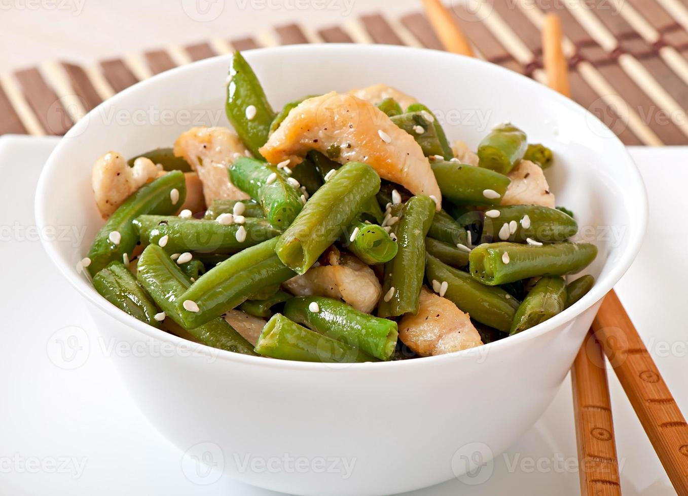 Salat aus grünen Bohnen mit Hühnchen nach chinesischer Art foto