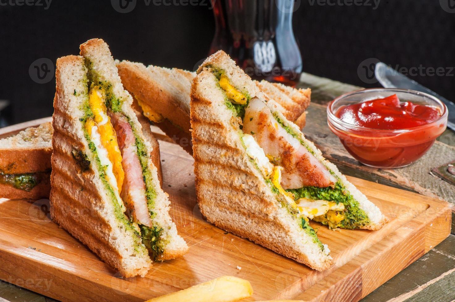 Gegrillte Sandwiches mit Hühnchen und Ei foto