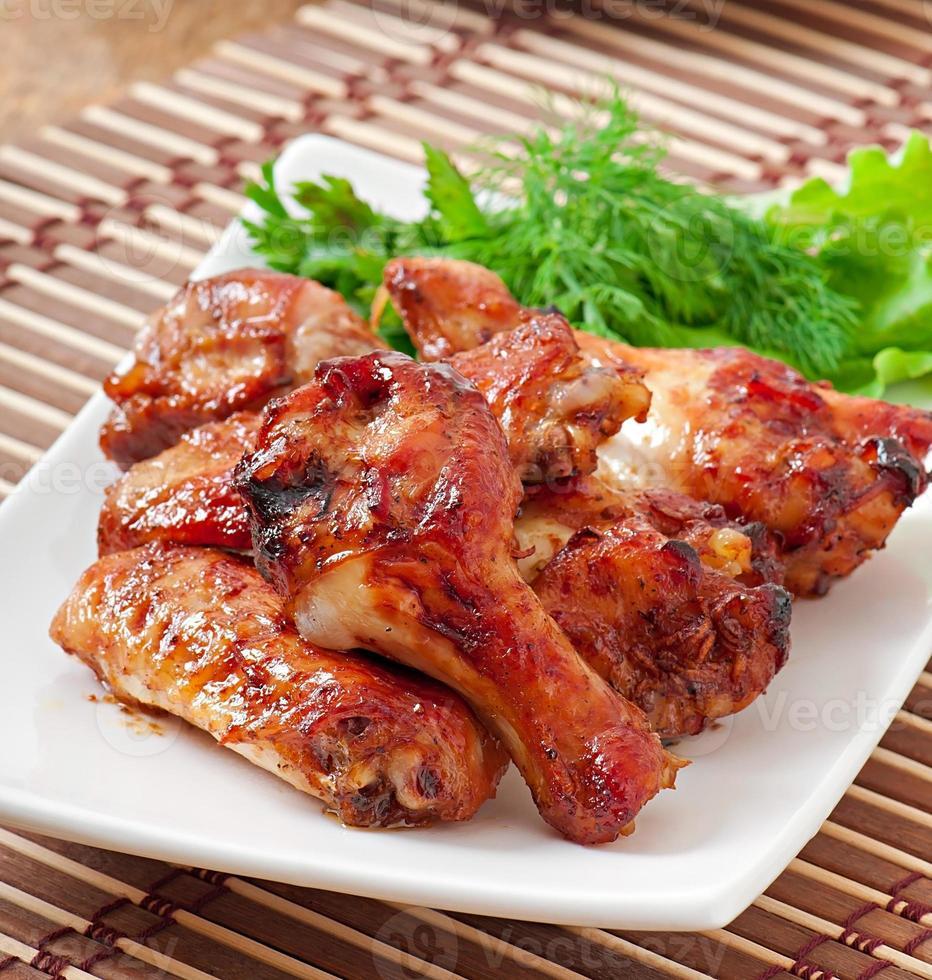 gebackene Hühnerflügel im asiatischen Stil foto