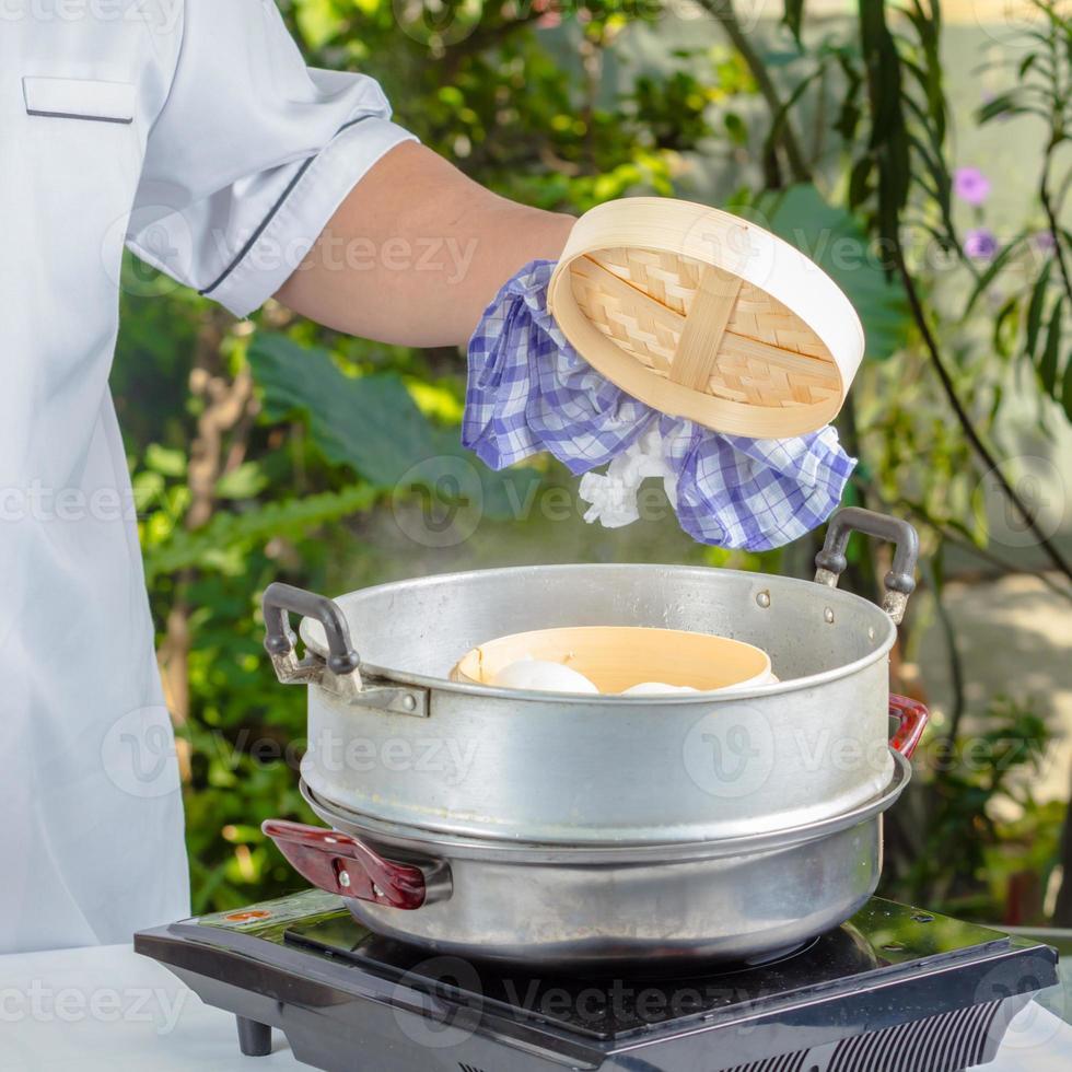 Koch mit Dim Sum Brötchen foto