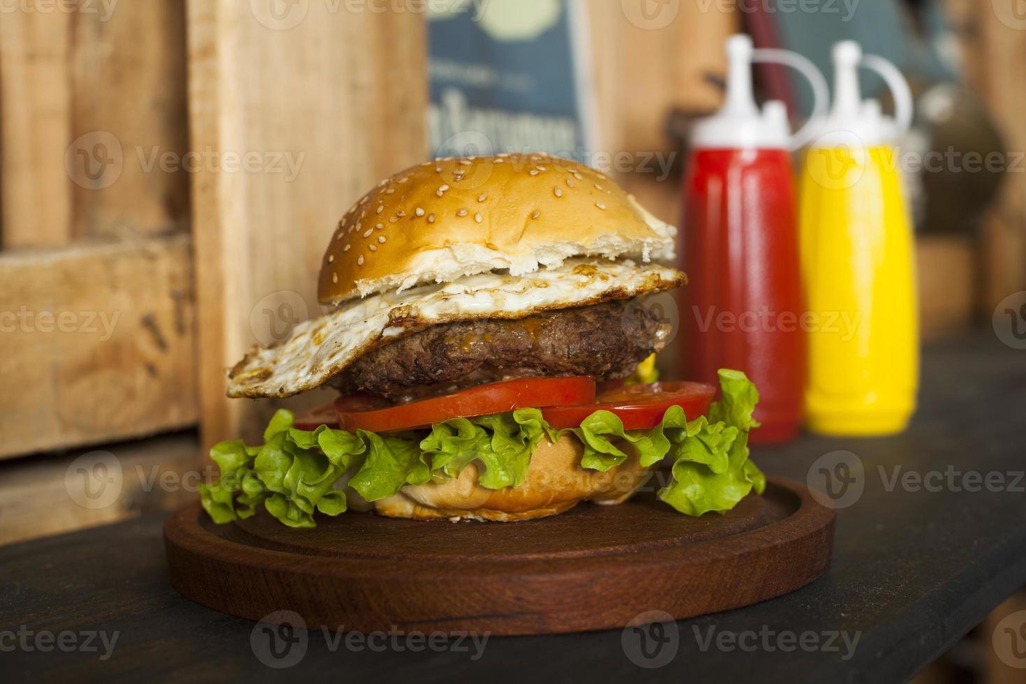 Hamburger auf Holztisch foto