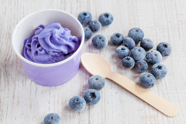 gefrorener cremiger Eisjoghurt mit ganzen Blaubeeren foto