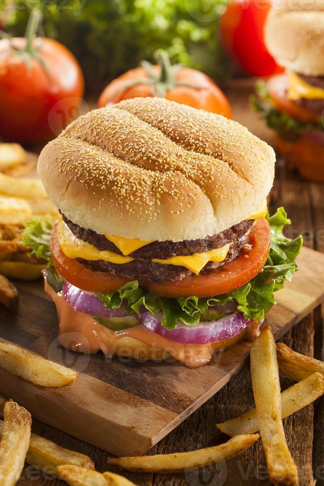 Rindfleischkäse-Hamburger mit Salattomate foto