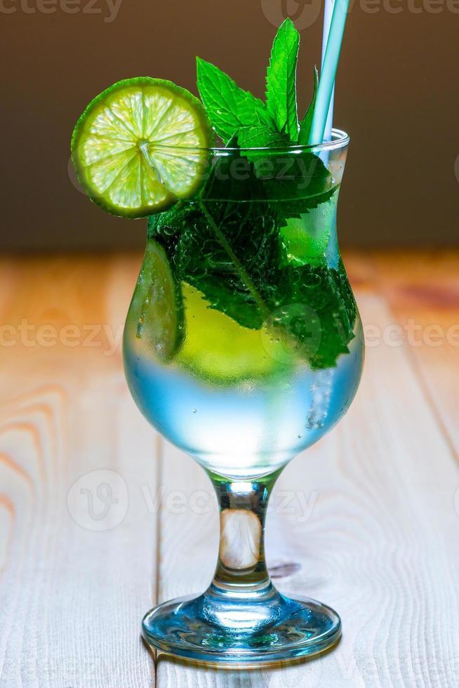 köstliche kalte alkoholische Cocktail-Mojito-Nahaufnahme foto