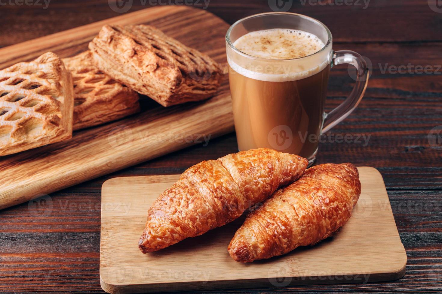 Kaffee mit Croissants foto