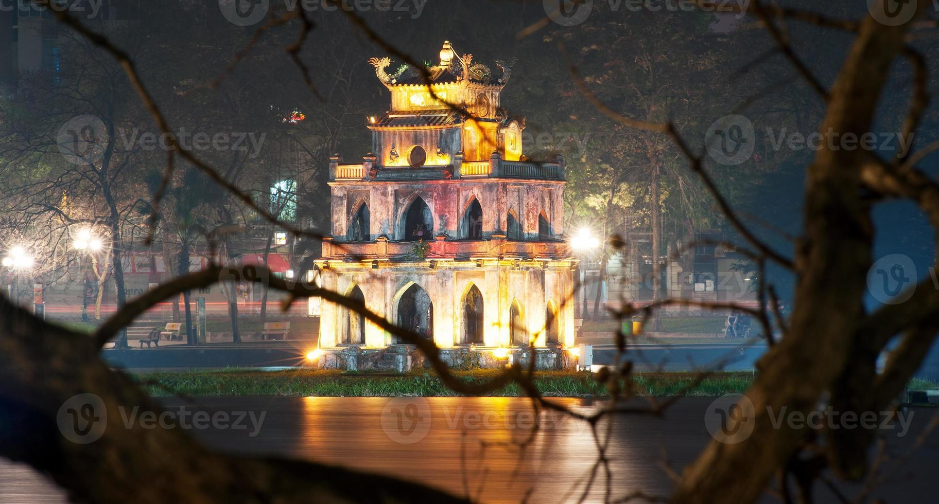 Hanoi, Vietnam. Schildkröten- oder Schildkröten-Turm im Hoan Kiem See foto