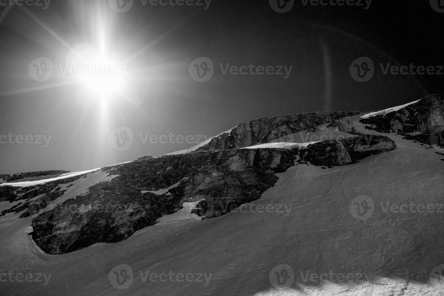 Bergblick in den Alpen gegen direktes Sonnenlicht foto