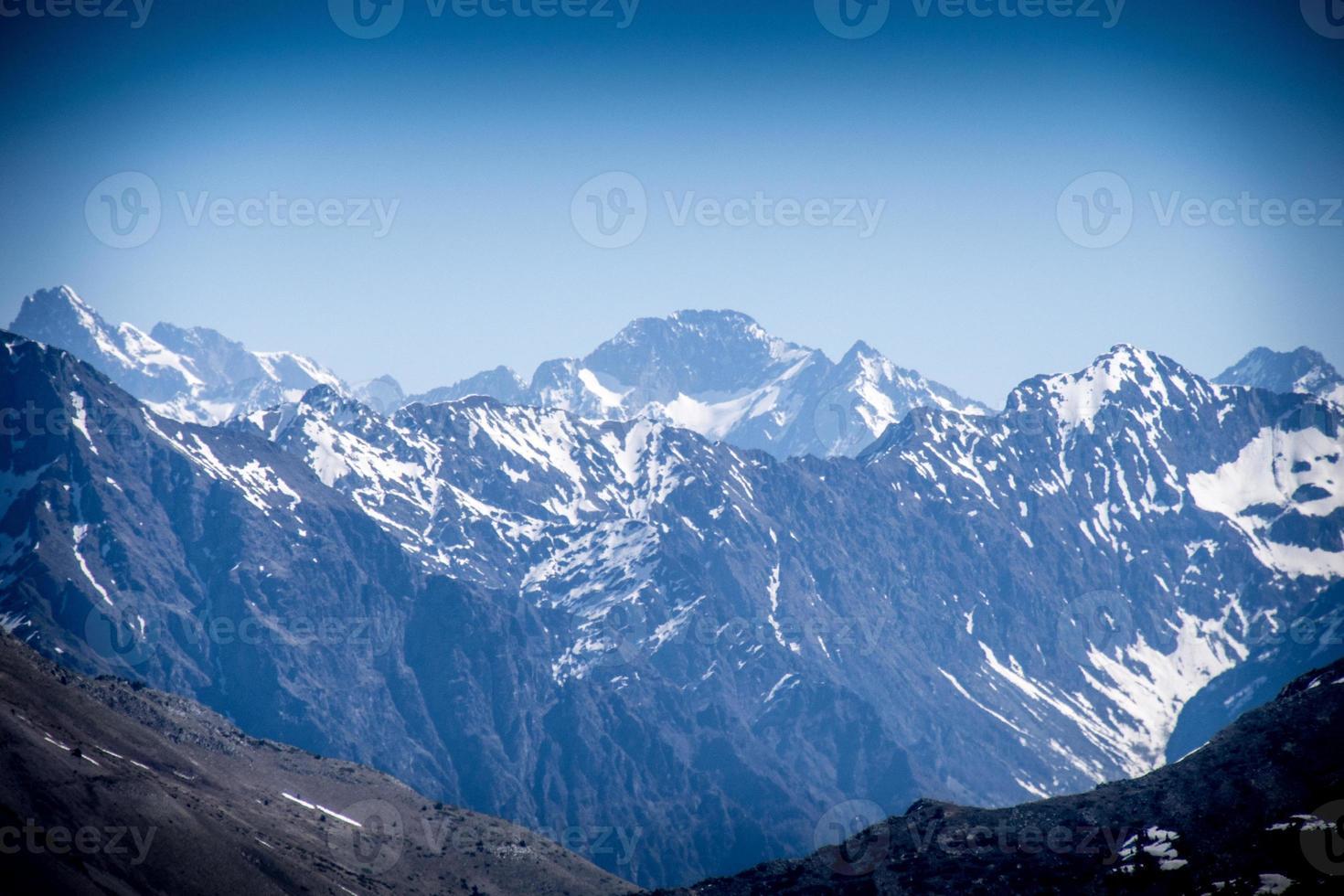 Blick auf die Berge in den Alpen foto
