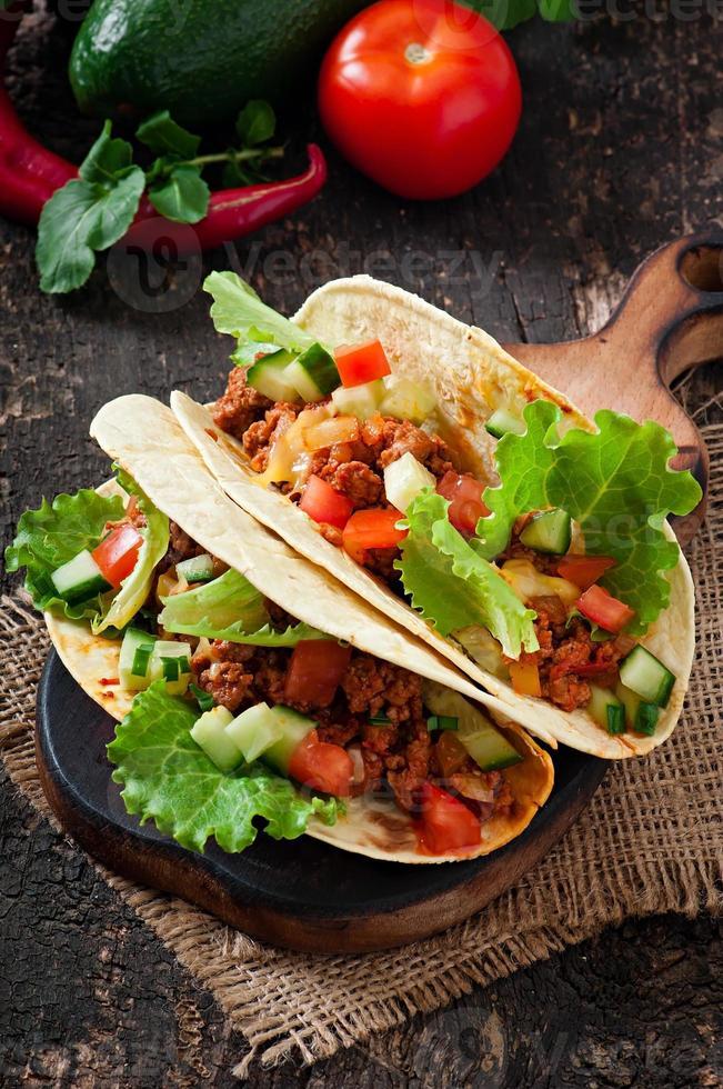 mexikanische Tacos mit Fleisch, Gemüse und Käse foto