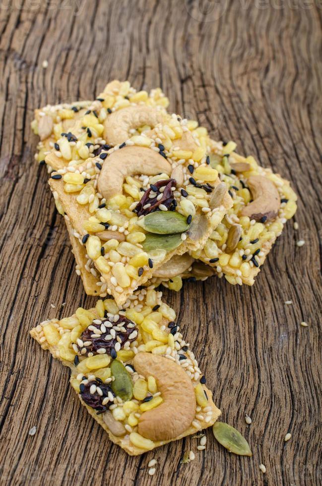 Bio-Müsliriegel mit Nüssen und Trockenfrüchten foto