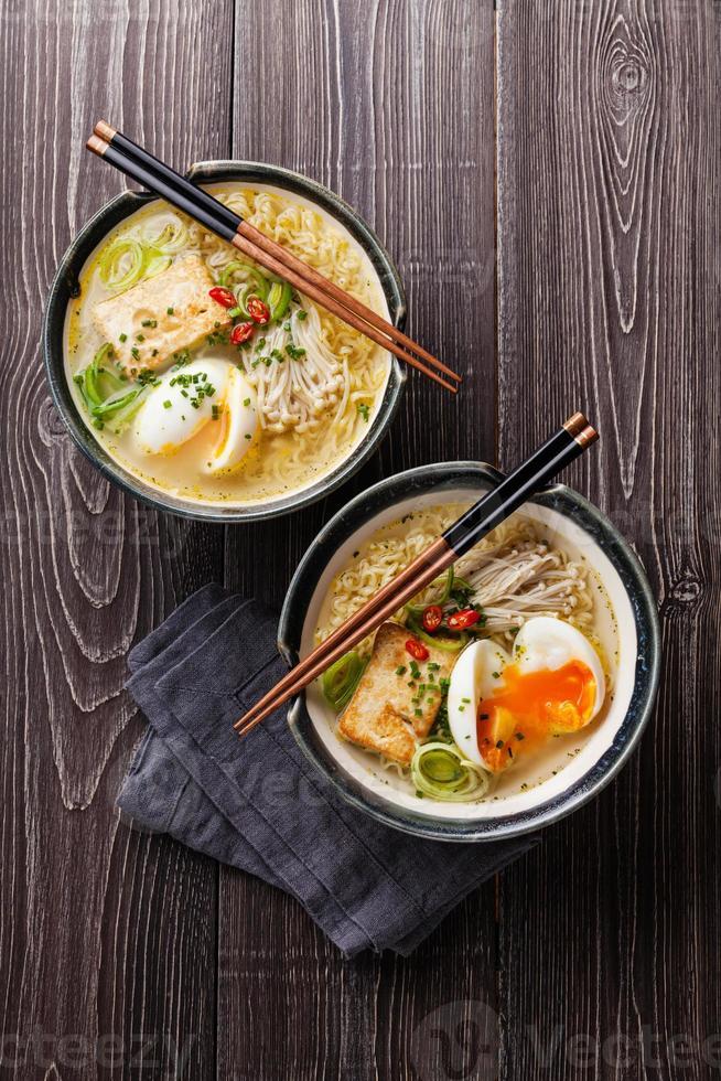 asiatische Miso-Ramen-Nudeln mit Ei, Tofu und Enoki foto