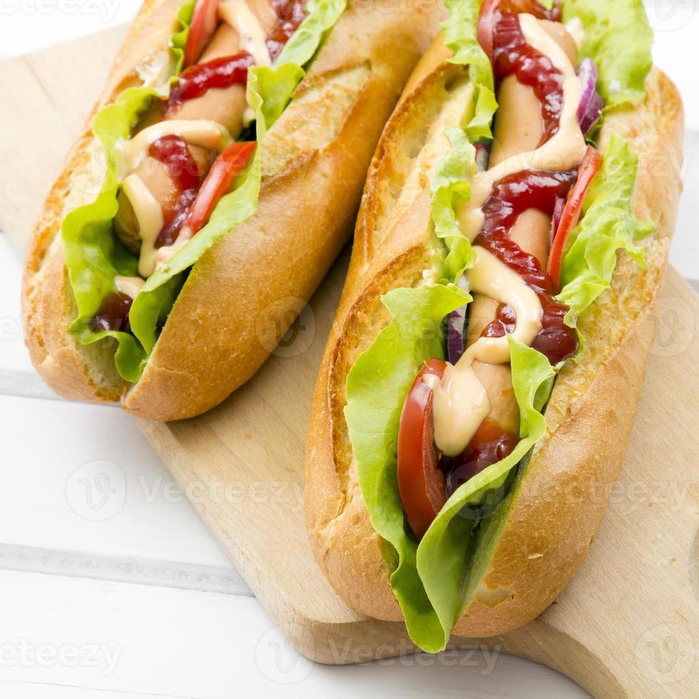 Hot Dogs auf einem Holztisch foto