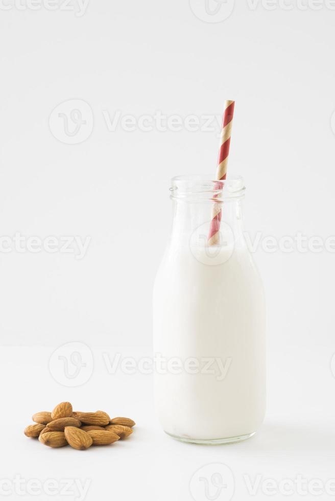 Mandelmilch mit Haufen roher Mandeln foto