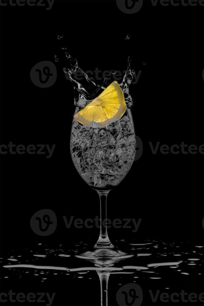 Zitronensaftspritzer aus Glas foto