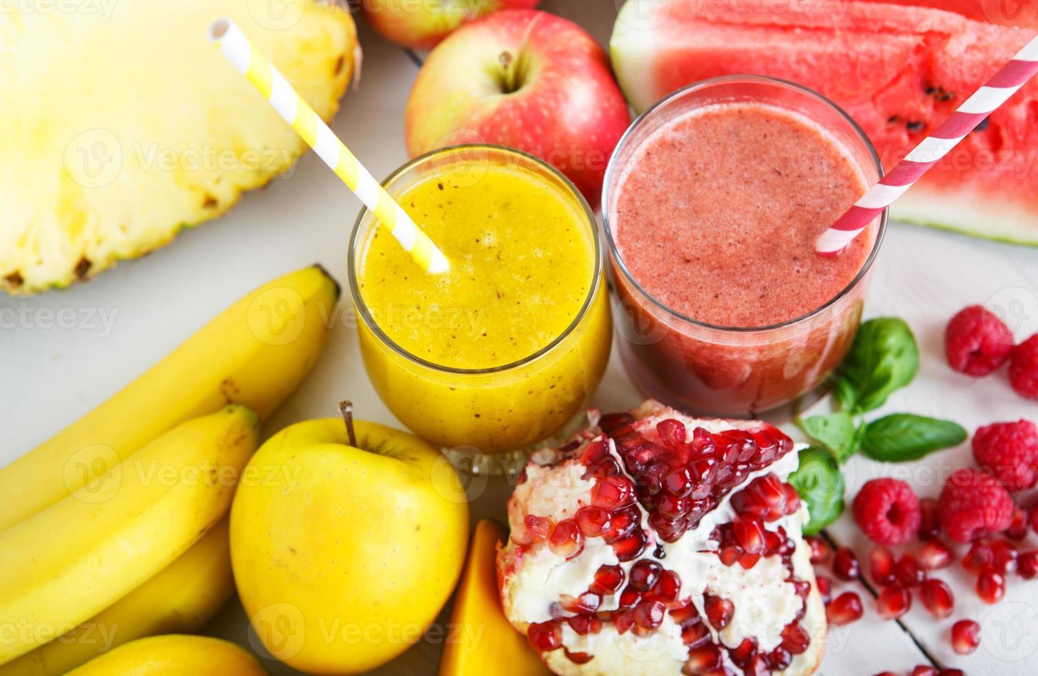 frischer roter und gelber Bio-Smoothie mit Apfel, Wassermelone foto