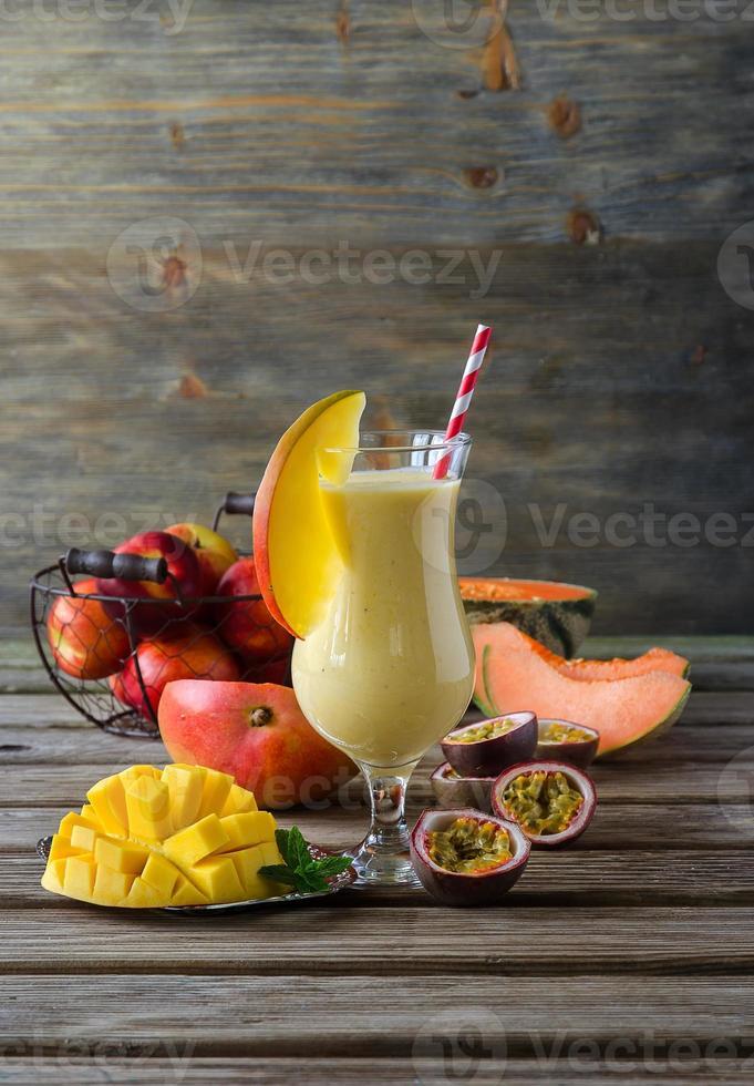 tropischer Mango-, Melonen-, Pfirsich- und Passionsfrucht-Smoothie zur Heilung foto