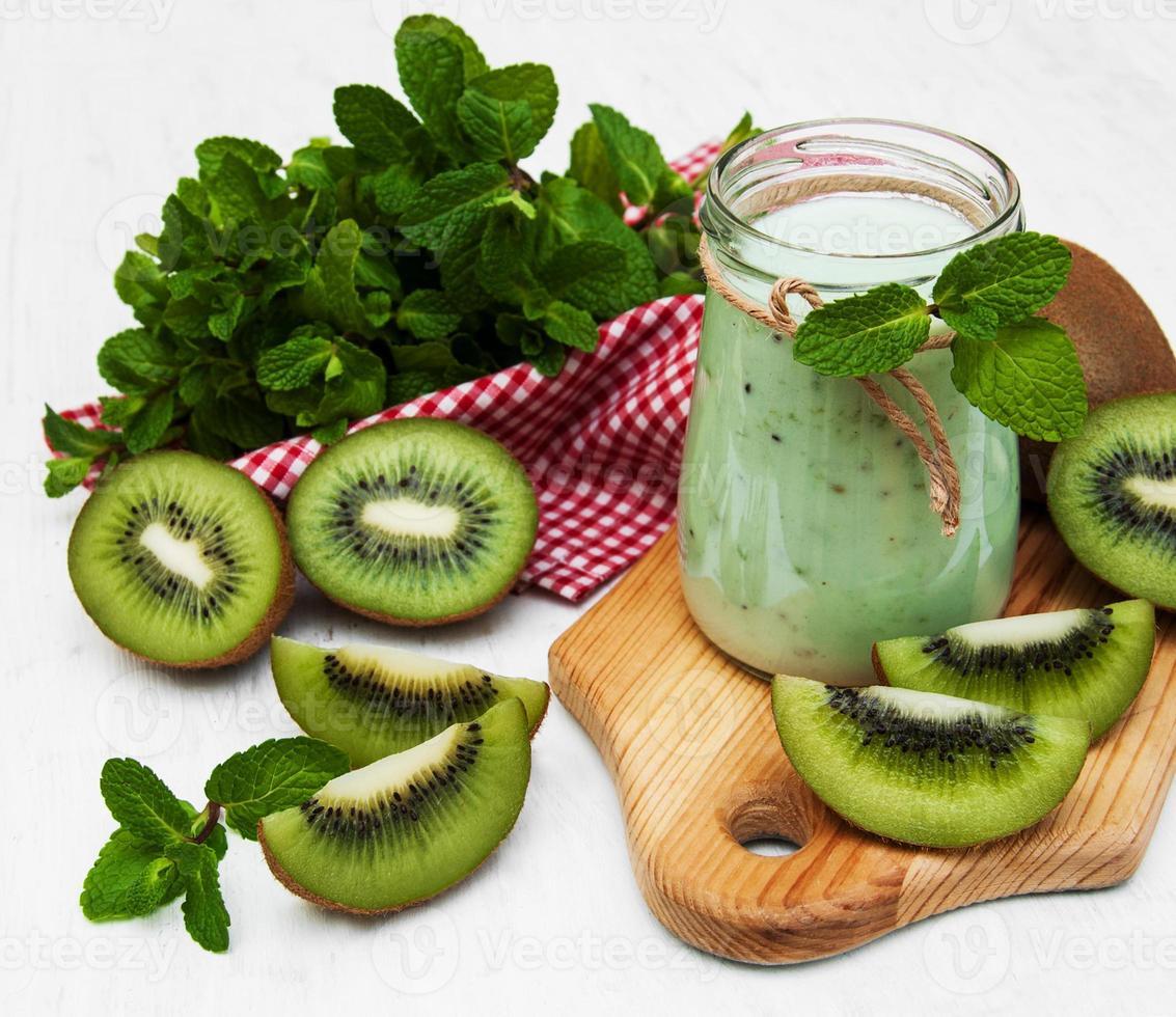 Kiwi-Smoothie in Glas foto