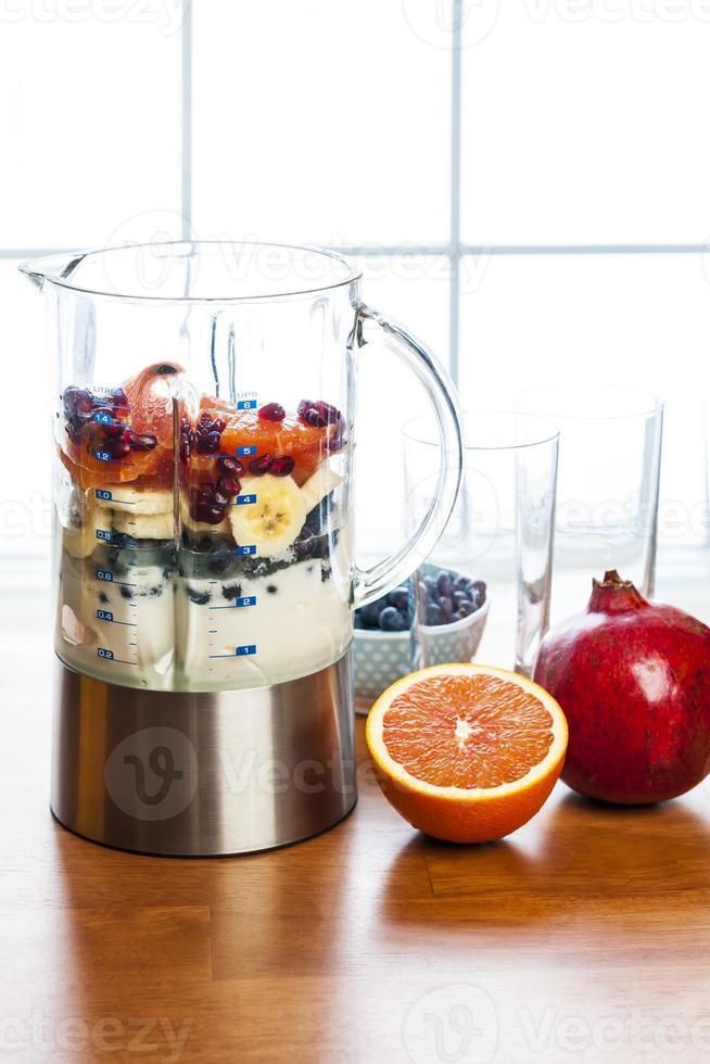 Smoothies mit Obst und Joghurt zubereiten foto