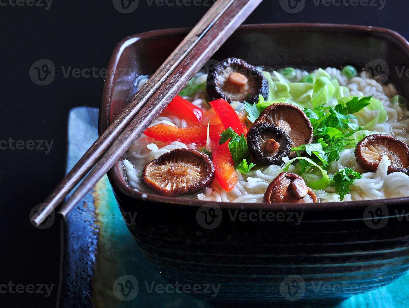 Ramen-Nudeln mit Shiitake-Pilzen, Erbsen, Paprika, Koriander foto