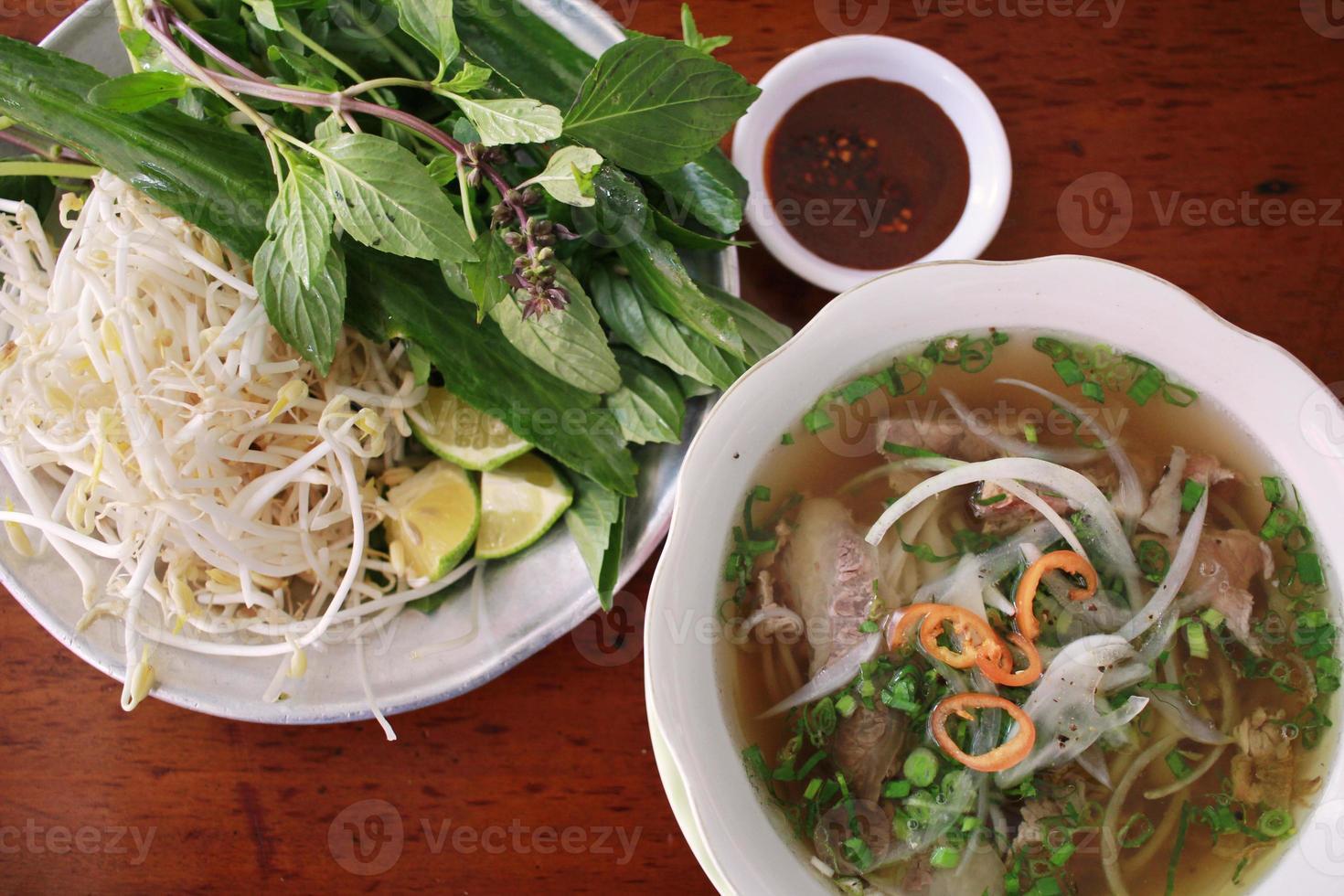 """""""phở"""" traditionelle vietnamesische Rindfleischnudelsuppe foto"""