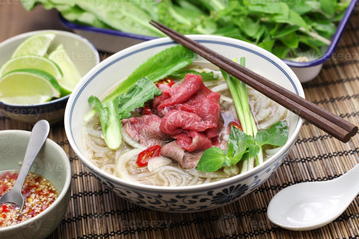 Pho Bo, vietnamesische Rindfleisch-Reis-Nudelsuppe foto