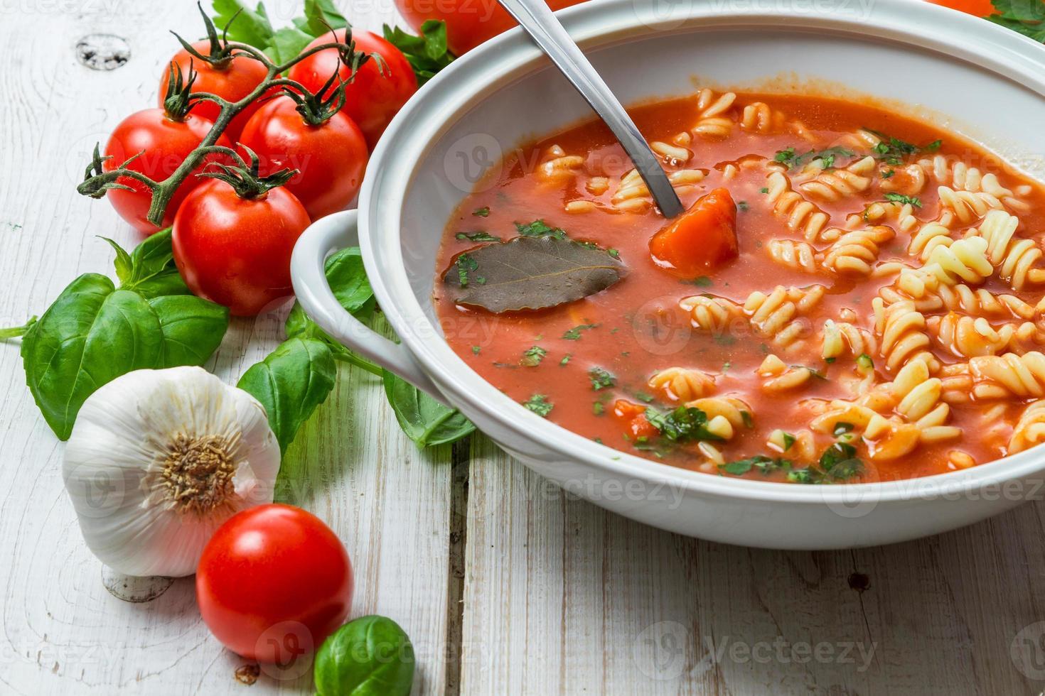 Tomatensuppe mit Knoblauch und Basilikum foto