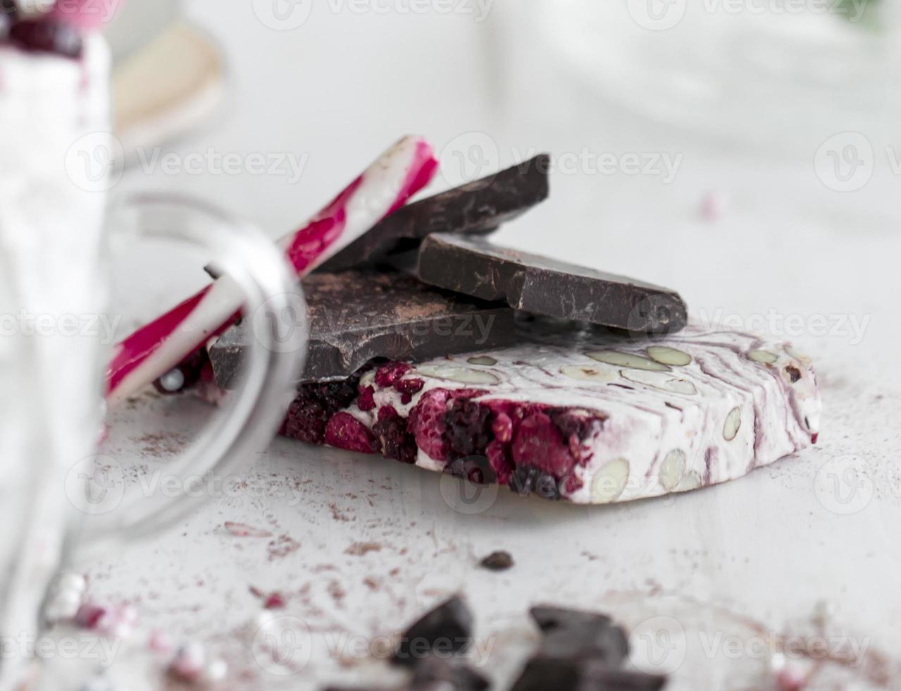 Nougat, Zuckerstange und Schokolade foto