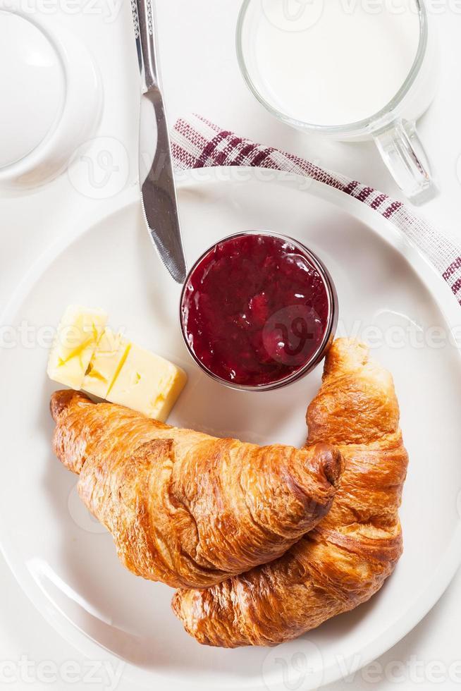 frische Croissants mit Butter und einem Glas Milch foto